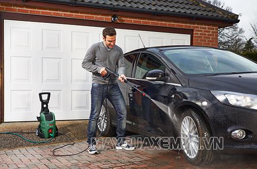 Chú ý khoảng cách an toàn với lốp xe khi xịt rửa ô tô