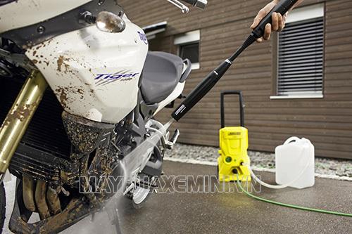 Máy phun nước áp lực cao mini giúp các gia đình tiết kiệm nhiều chi phí rửa xe