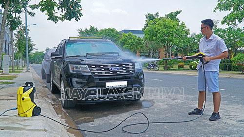 Sử dụng máy rửa xe mini không hề tốn nước mà còn tiết kiệm nước hiệu quả