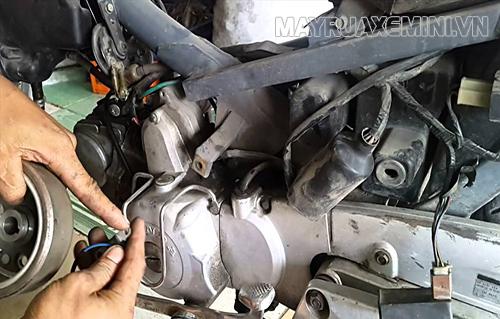 Hệ thống đánh lửa hoạt động không trơn tốt là nguyên nhân khiến xe máy bị rung, giật