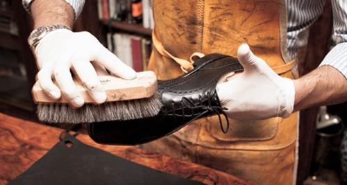 Hạn chế dùng các vật có độ xước xát đánh lên giày