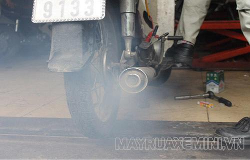 Xe máy xả ra khói đen là một trong những dấu hiệu xe máy bị hụt hơi