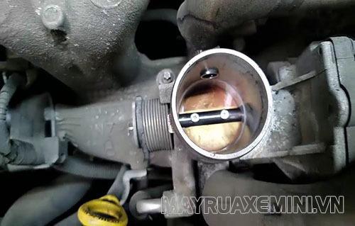 Bướm ga bị bẩn là một trong những nguyên nhân khiến xe máy bị rồ ga