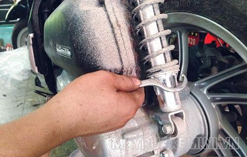 Bộ phận giảm sóc hư hỏng sẽ gây ra tình trạng xe máy bị rung lắc
