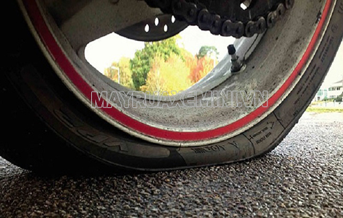 Lốp xe non hơi quá cũng khiến xe máy bị rung lắc, đồng thời gây hỏng lốp