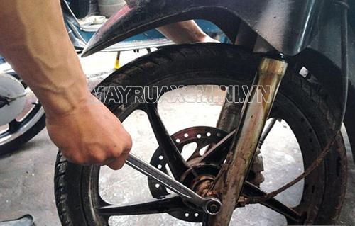 Nếu bánh xe bị lỏng thì bạn vặn thật chắc bánh xe để hạn chế xe máy bị rung lắc cũng như đảm bảo an toàn khi lái xe