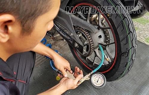 Xe máy bị mất hơi có thể do các bánh xe không đủ hơi
