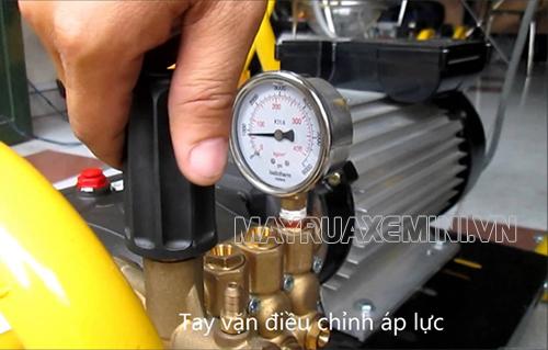 Tùy chỉnh áp suất thông qua núm điều chỉnh và đồng hồ đo áp