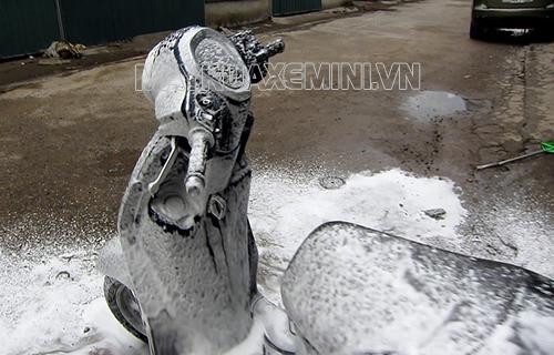 sử dụng hóa chất chuyên dụng để rửa xe