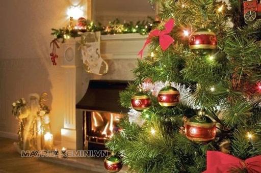 Trang trí thông Noel với điểm nhấn là những quả cầu Giáng sinh
