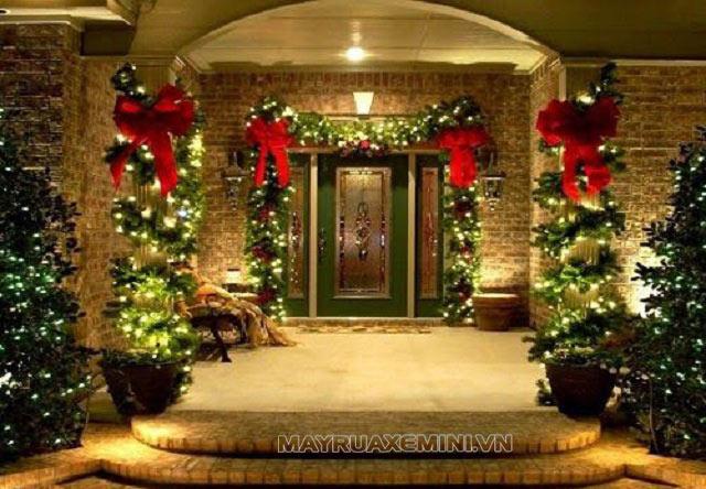 Trang trí giáng sinh cho cửa ra vào giúp mọi người cảm nhận được 1 mùa Noel đang đến gần